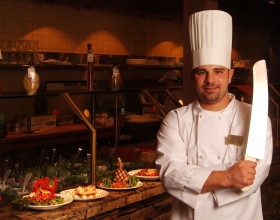 Z7536_Chef_with_plated_food (1)